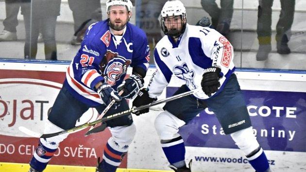 CENNÉ BODY. Hokejisté Děčína (v modrém) vyhráli v Kolíně po prodloužení.