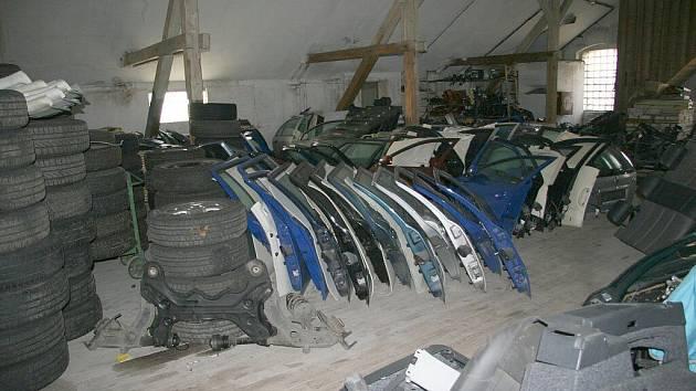 Kriminalisté při prohlídce tří nebytových prostor odhalili a zajistili zhruba devět set součástek ze zcizených vozidel.