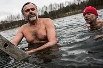 Otužilci plavali ve vodě, měla 4 stupně.