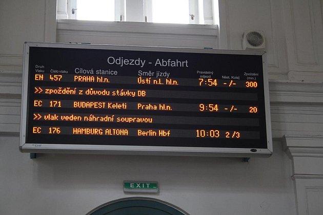 Nejprve stávka ochromila nákladní dopravu, ve čtyři ráno se pak zastavily také vlaky v osobní dopravě.
