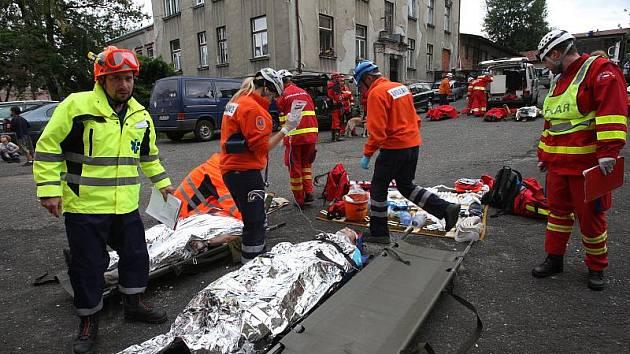 CVIČENÍ. Záchranáři v České Kamenici si cvičili ošetřování různých zranění po výbuchu staré továrny.