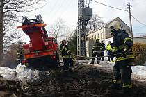 Automobil jednotky z Jílového zapadl do bláta a na pomoc museli přispěchat kolegové z Děčína