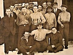 Zaměstnanci sklárny Tereza v Kytlicích v polovině dvacátých let.