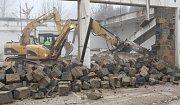 V Litoměřicích v  Jiříkových kasárnách začala a rychle pokračuje demolice objektu, na jehož místě bude zahájena stavba nového vědecko-výzkumného centra v rámci geotermálního projektu.