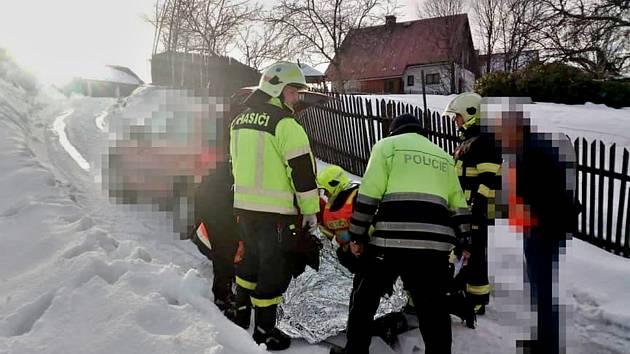 Klouzající se auto srazilo v Kytlicích ženu