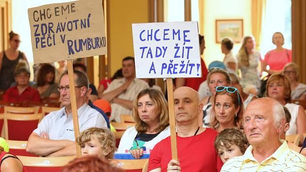 Ve čtvrtek se jednalo na veřejném zastupitelstvu v Rumburku o budoucnosti Lužické nemocnice.
