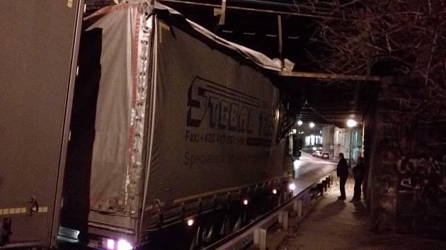 Kamion se zasekl pod viaduktem na Kamenické ulici.