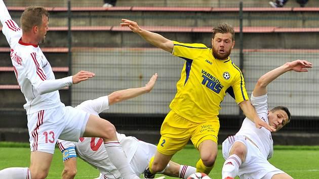 RADIM BREITE (ve žlutém) ještě ve službách Varnsdorfu při utkání v Třinci.