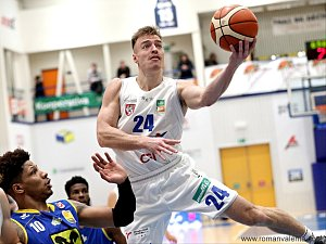 DALŠÍ VÍTĚZSTVÍ. Děčínští basketbalisté (v bílém Šimon Ježek) doma porazili Graz.