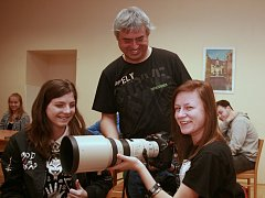 Fotoreportér Deníku Karel Pech besedoval s budoucími fotografy.