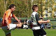DEBAKL. Dobkovice (v bílém) prohrály v Meziboří 0:5.