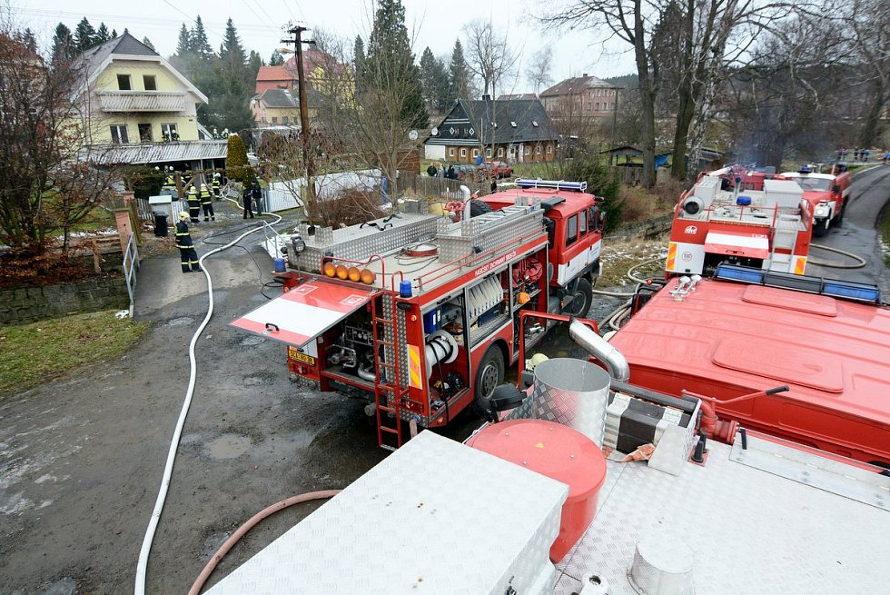 Při požáru ve Šluknově byl těžce zraněn jeden člověk.