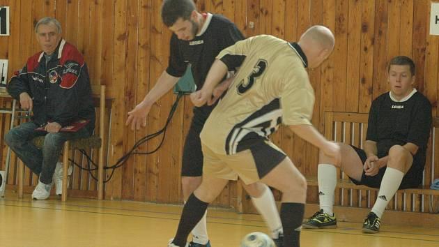 BEZ PORÁŽKY zůstává v první lize pouze tým Turbo Děčín B. Na snímku jsou právě v akci hráči Turba B (ve světlém) v utkání proti celku Transco Bohemia Děčín.
