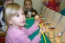 Děti vyráběly na šikovném udělátku kraslice z barevných vosků