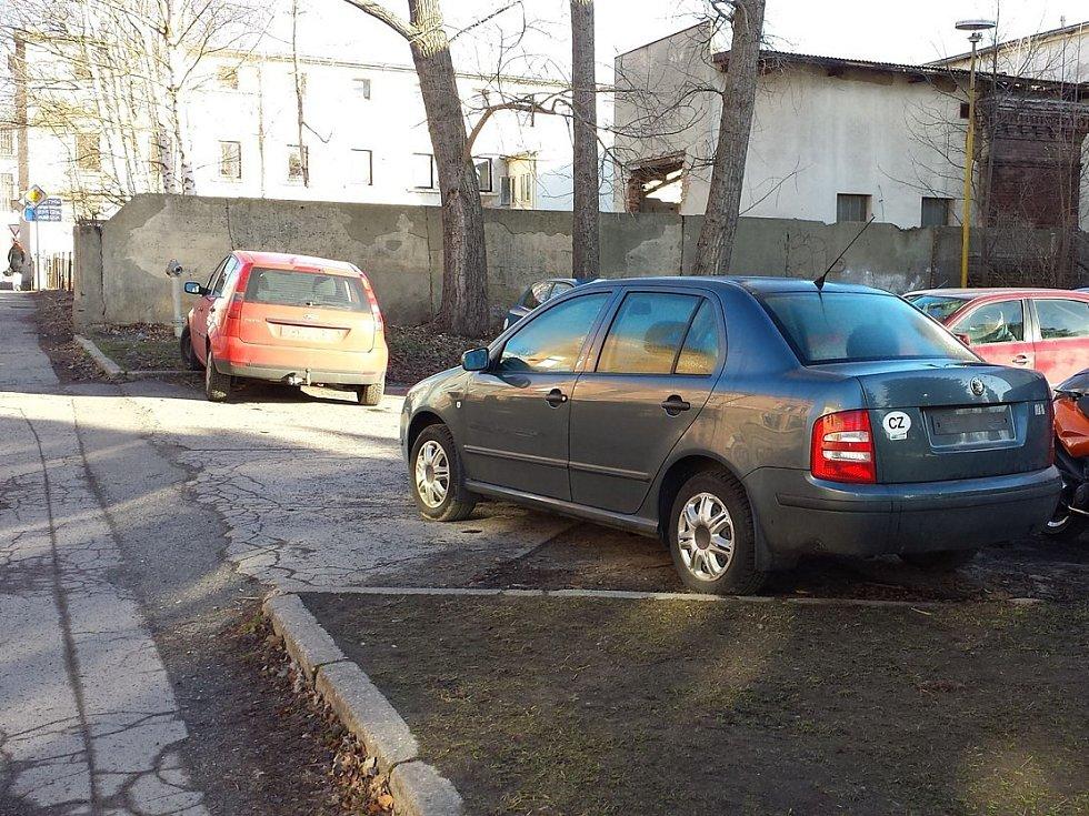 Vandal poškodil několik aut, z jednoho například utrhl registrační značku.