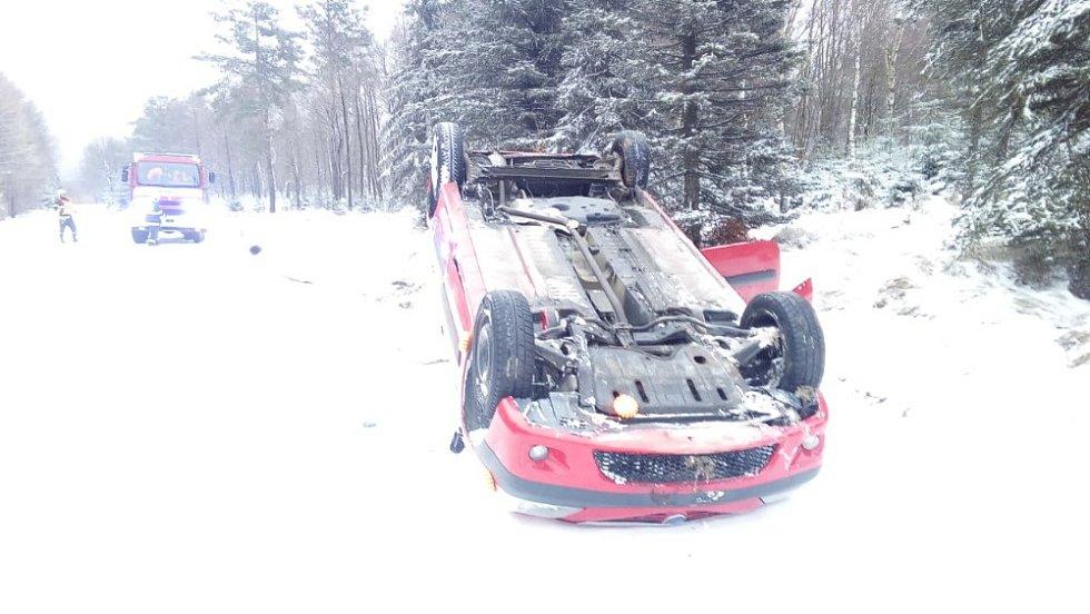 Na Sněžníku se převrátilo auto na střechu.