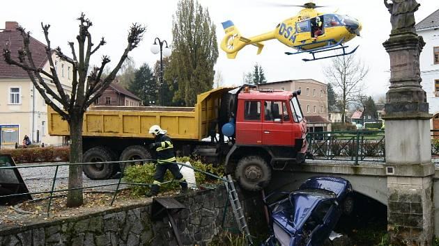 Nehoda na náměstí v Chřibské.