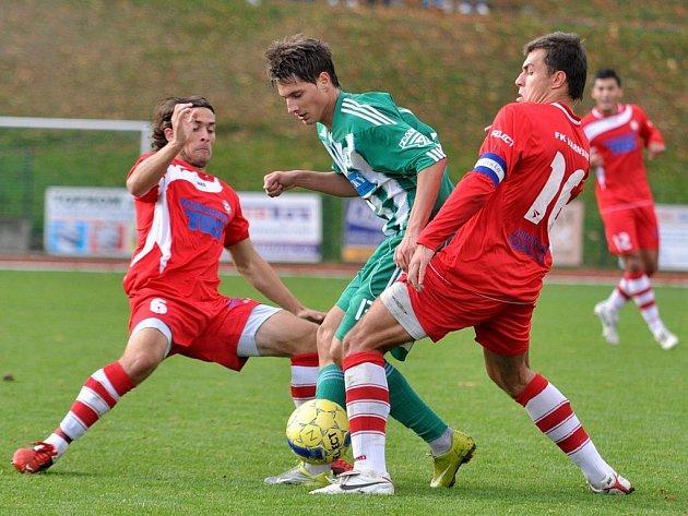 NA PODZIM NEBYL VÍTĚZ.  V prvním utkání ve Varnsdorfu remizoval domácí FK s Bohemians Praha 1:1. Na snímku doráží na soupeře Cana (vlevo) a kapitán Hozda.