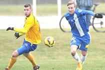 TĚSNÁ PORÁŽKA. Fotbalisté Varnsdorfu podlehli mladému výběru Liberce 1:2. Vlevo je varnsdorfský Zbrožek.