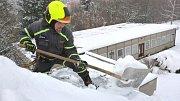 Hasiči v Jílovém odstraňují sníh ze střech
