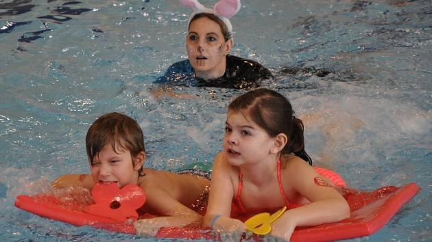 Děti se na Velikonoce bavily v aquaparku.
