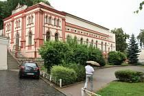 Chcete mít park a vlastní tělocvičnu? ČEZ prodává v Děčíně unikátní budovu.