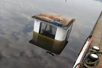V zimním přístavu se potopila malá loď.
