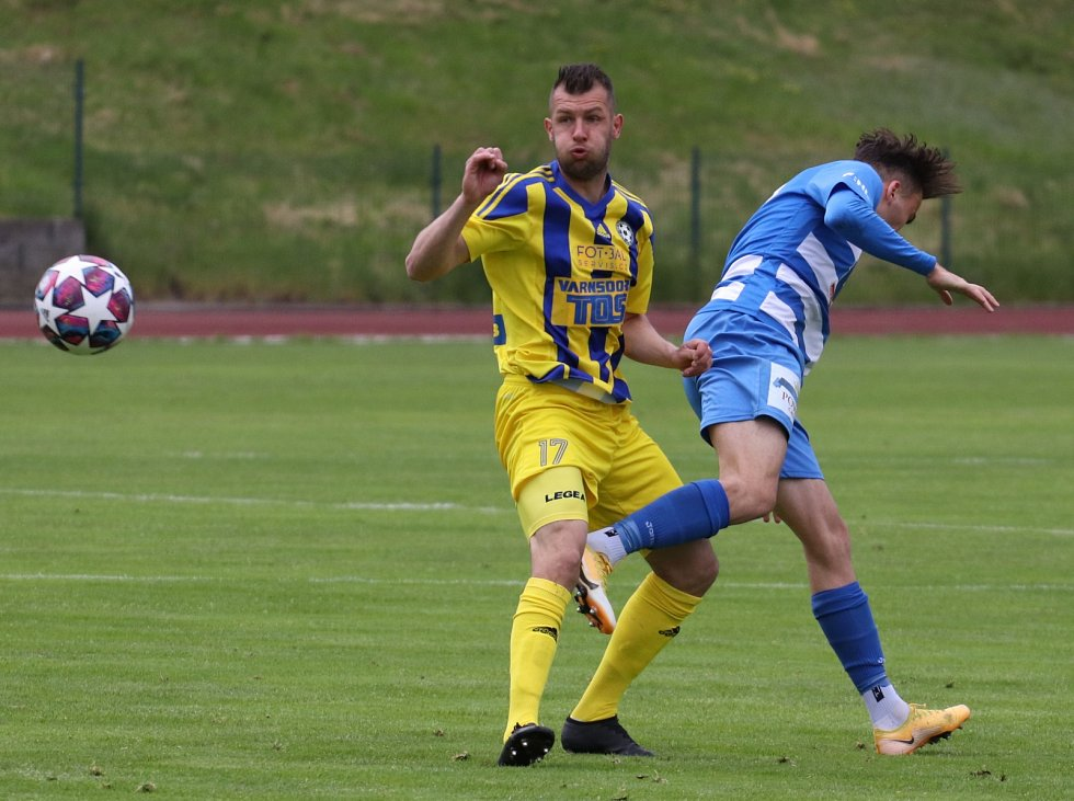 Fotbalisté Varnsdorfu (žluté dresy) doma prohráli derby, Ústí nad Labem veze těsnou výhru.