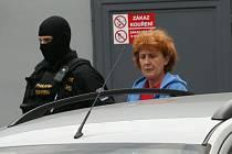 Policie vede ženu obviněnou z vraždy od soudu