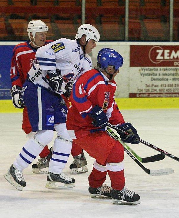 Dobročinné utkání mezi týmy Veteránů ČR a Olympem Praha se odehrálo na děčínském zimním stadionu ve středu v podvečer.