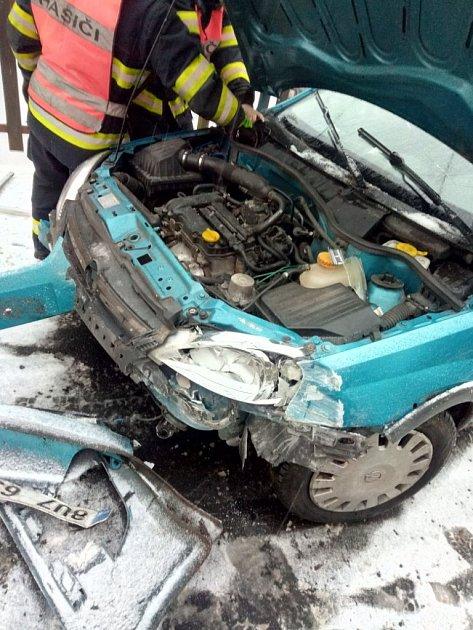 Auto vKrásné Lípě narazilo do domu a poškodilo přípojku plynu