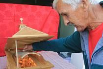 Řezbář Jiří Cobl st. vyřezal miniaturu rumburské Lorety.