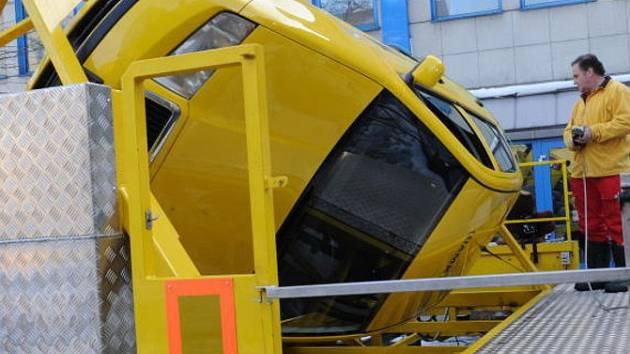 SIMULÁTOR. Speciální trenažér umožňující převrácení auta na střechu.