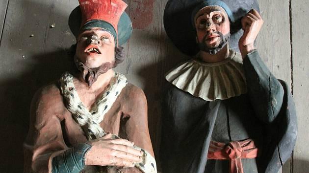 Nově nalezené sochy vysmívajícího se velekněze a obchodníka ze Svatých schodů v Rumburku. Po restaurování se osadí do kaple Svatých schodů v Rumburku, odkud byly demontovány před 120 lety.