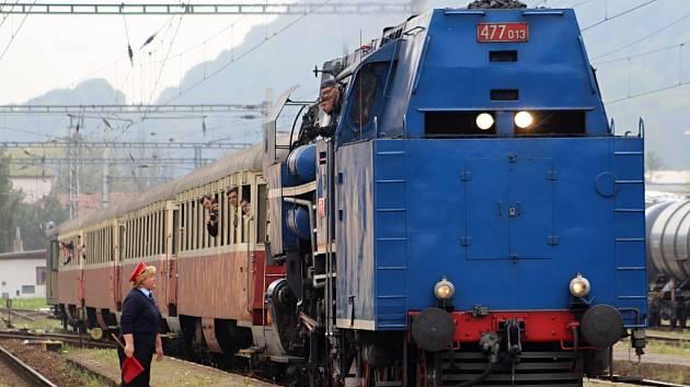 Děčínskem v sobotu projížděl vlak tažený parní lokomotivou, které fanoušci železnice přezdívají Papoušek.