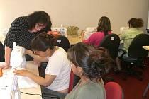 Romské ženy se učí šít