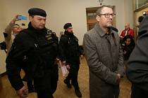 Okresní soud v Děčíně rozhodl v pátek krátce po poledni o uvalení vazby na starostu Varnsdorfu Stanislava Horáčka.