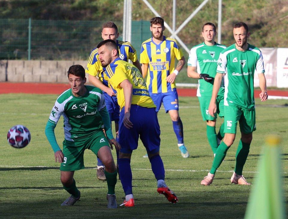 Porážka. Varnsdorf (žlutomodré dresy) doma nestačil na Vlašim, prohrál 0:2.