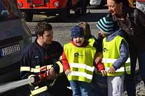 Děti na exkurzi u hasičů v Jílovém.