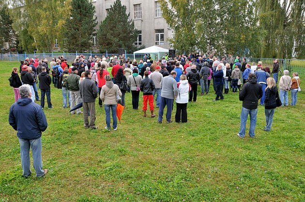 Sobotní demonstrace ve Varnsdorfu přilákala asi sto lidí.