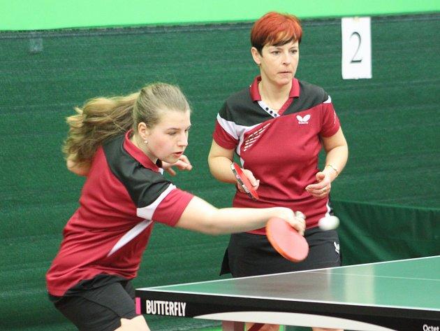 CO BUDE DÁL? Stolní tenistky sestoupily z první ligy. Na snímku jsou v akci při zápase Kristýna Kacálková (vlevo) a Eva Nováková.