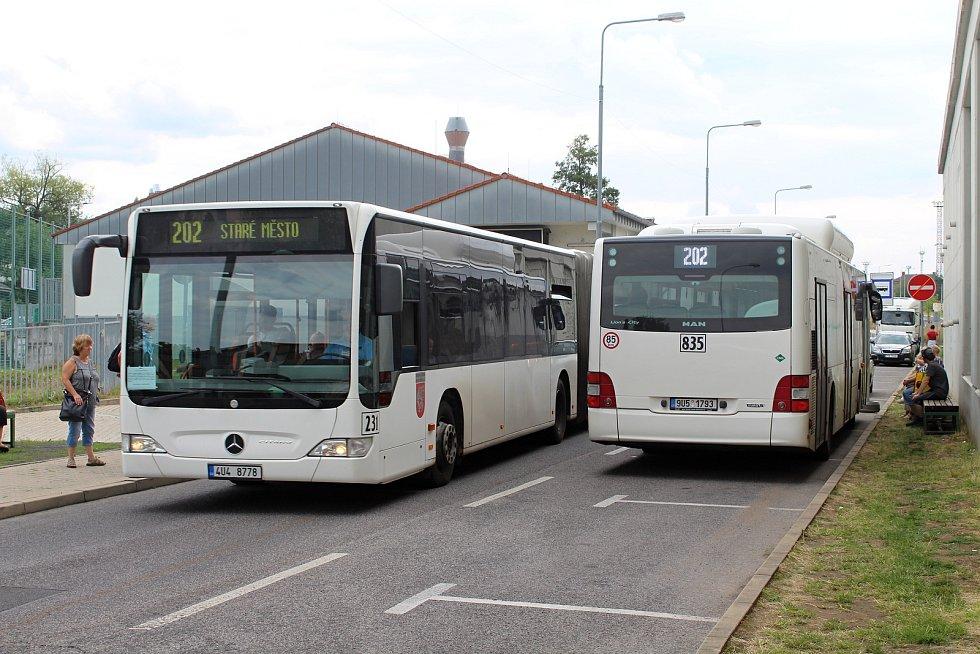 Autobusy projíždějí od pátku dočasně ulicí Práce.