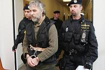 Jindřich Jetmar přichází k ústeckému soudu.