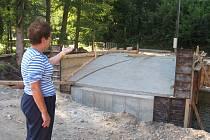 3. V současné době probíhá stavba nového mostu.