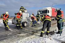 U kruhového objezdu nedaleko firmy Benteler došlo k poškození nádrže nákladního vozidla a okamžitě začala vytékat nafta na namrzlou, sněhem pokrytou, silnici.
