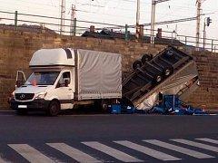 Dodávka bourala u autobusového nádraží v Děčíně.
