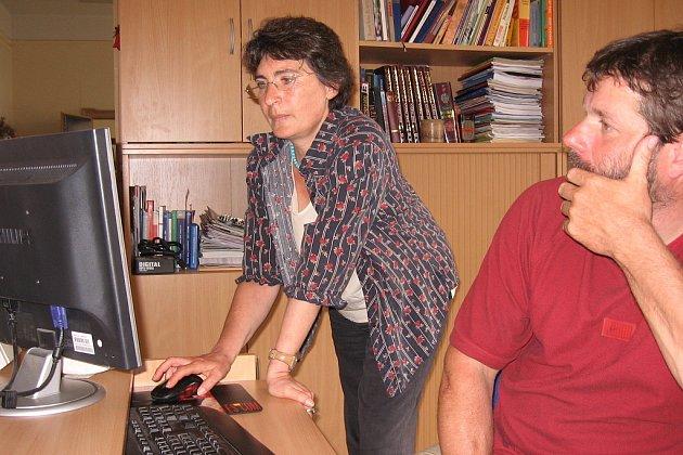 Režisérka Elen Makarov ukazuje webové stránky, na kterých představuje svou práci.