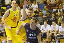 PODIVNÝ KONEC. Jan Jiříček, ještě v dresu Ústí, brání děčínského Tomáše Pomikálka. Nyní si od basketbalu odpočine.