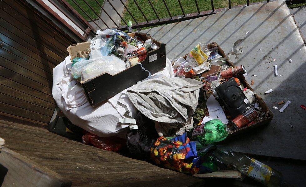 Některé paneláky v Boleticích jsou špinavé a chybí v nich i hasicí přístroje a hydranty.