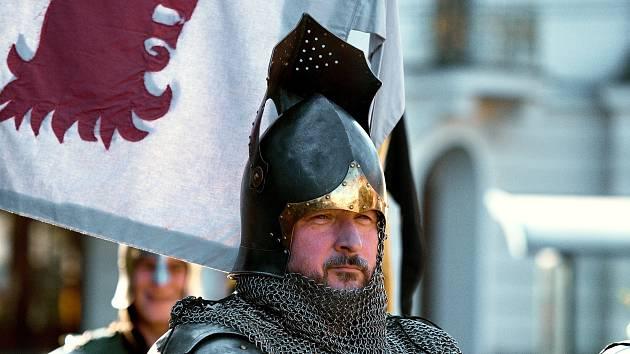 Jan Šulc vede českokamenickou skupinu historického šermu Řád Černých rytířů.